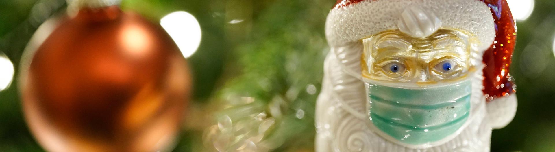 Spezielle Kugel am Weihnachtsbaum: Nikolaus mit Mundschutz