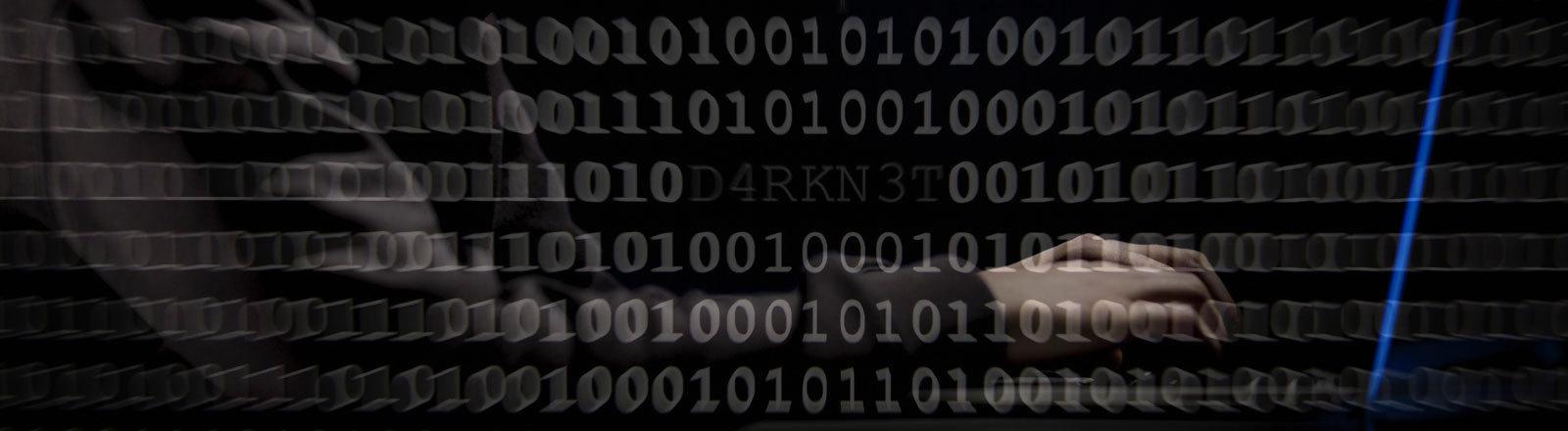 Mensch mit Kapuze sitzt am Laptop, im Vordergrund Binärcode Darknet