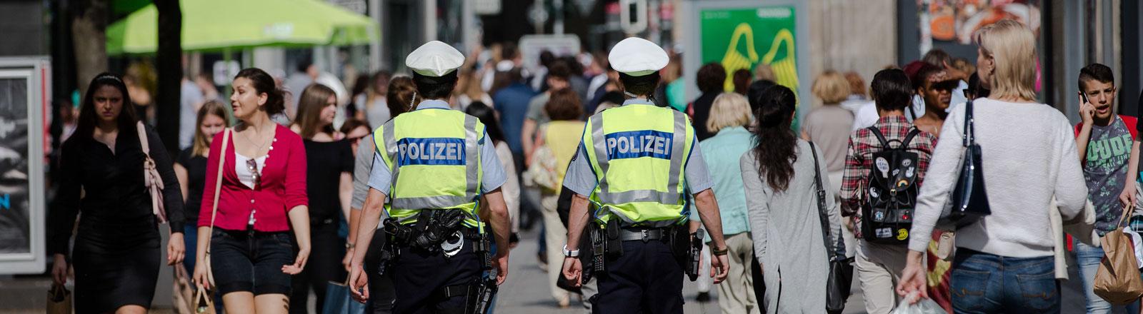 Passanten und Polizisten in der Düsseldorfer Altstadt