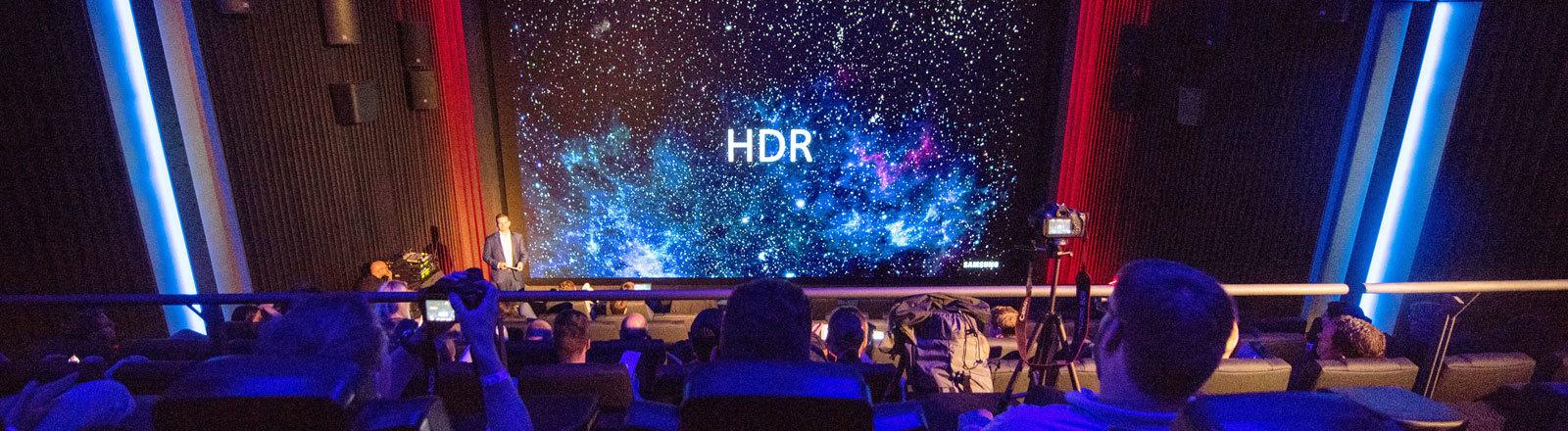 Journalisten und Besucher bei der Vorstellung eines neuen Kinosaals im Kino Traumpalast, der mit einer neuartigen LED-Wand des Herstellers Samsung ausgestattet ist
