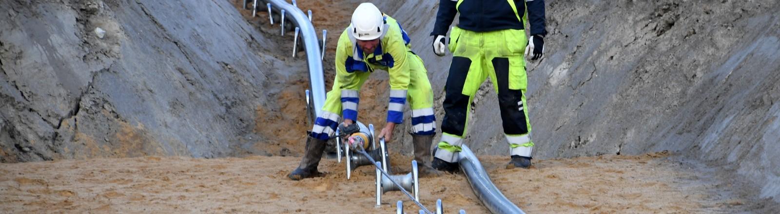 Bauarbeiter verlegen ein Gleichstrom-Erdkabel. In der Nähe von Büsum wird der Bau der Stromtrasse «NordLink» fortgesetzt.