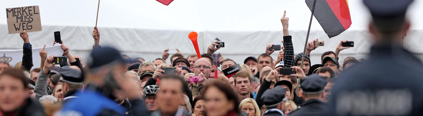 Demonstranten bei der Einheitsfeier in Dresden