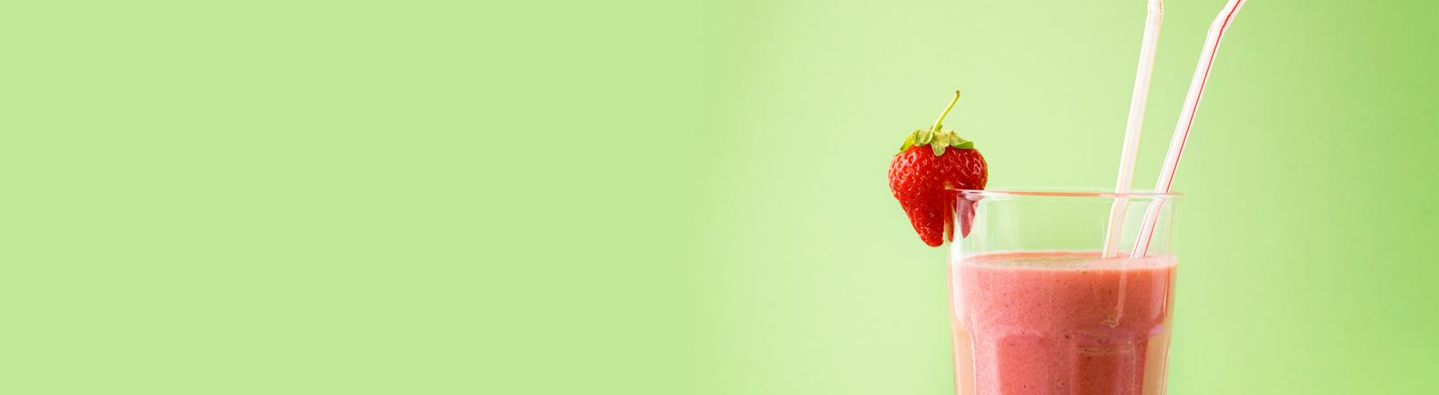 Ein Erdbeer-Shake auf einem grünen Tischtuch