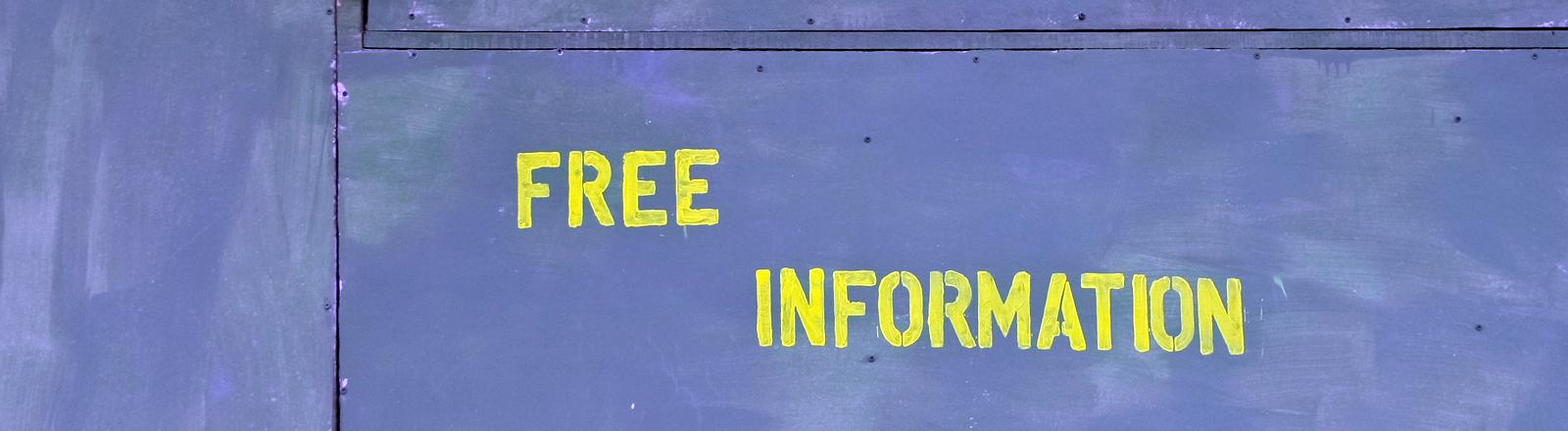 """Auf einer Metalltür ist das Wort """"Free Information"""" gepinselt"""