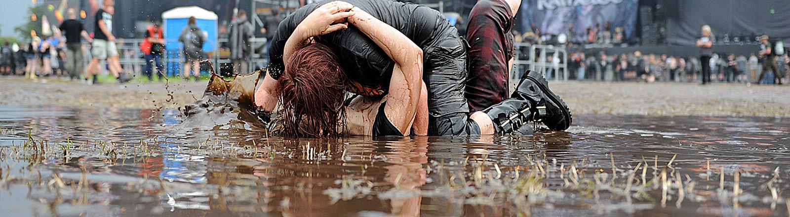 Zwei Menschen im Matsch beim Wacken Festival