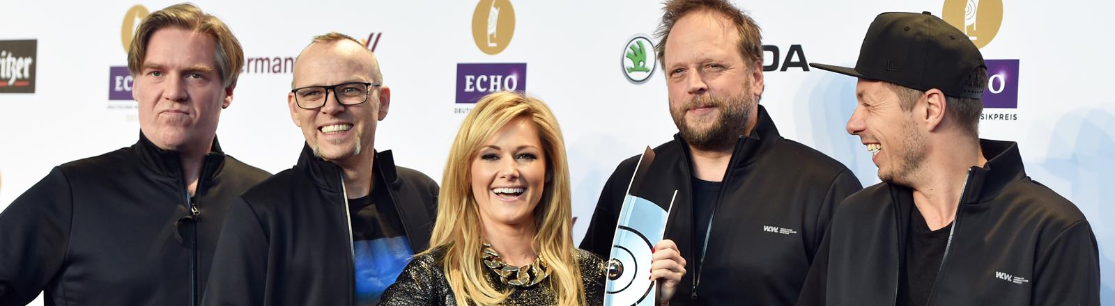 Schlagersängerin Helene Fischer (M) und die Band Die Fantastischen Vier posieren bei einem Pressetermin zum Echo 2014.
