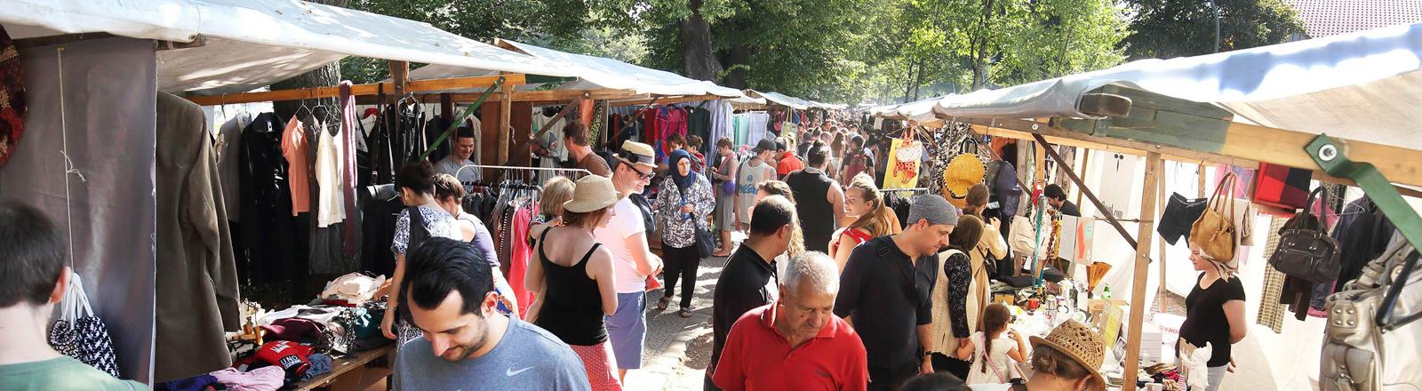 Flohmarktstände im Sommer