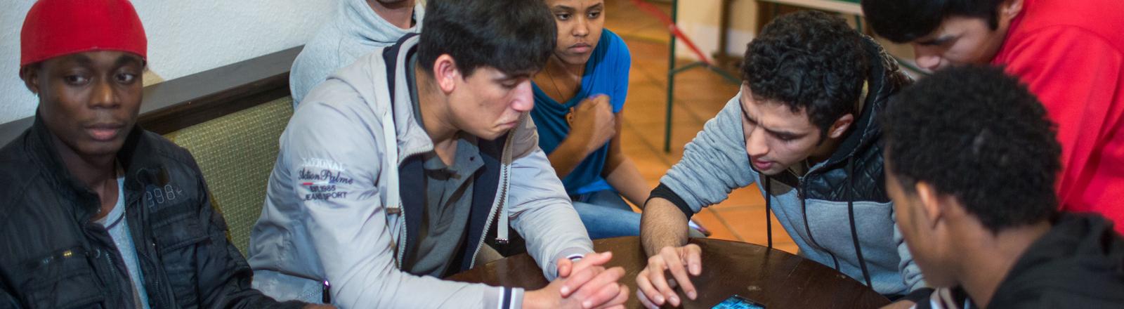 Jugendliche sitzen am 26.01.2015 im Kinder- und Jugendwohnheim «Boizehaus»