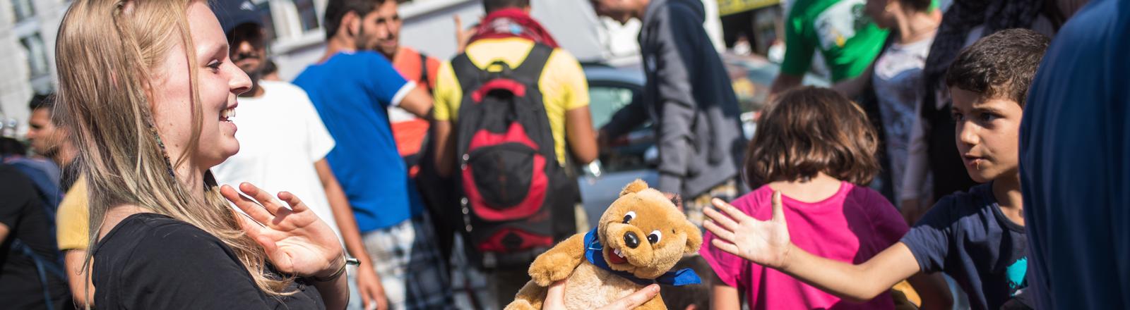 Menschen helfen am Hauptbahnhof in München