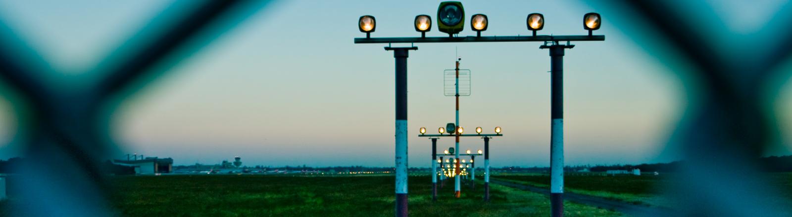 Flughafen-Rollfeld mit Beleuchtung
