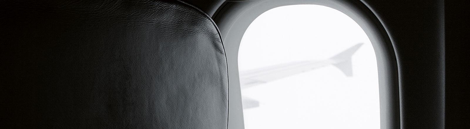 Blick aus dem Flugzeug, schwarz-weiß, düster