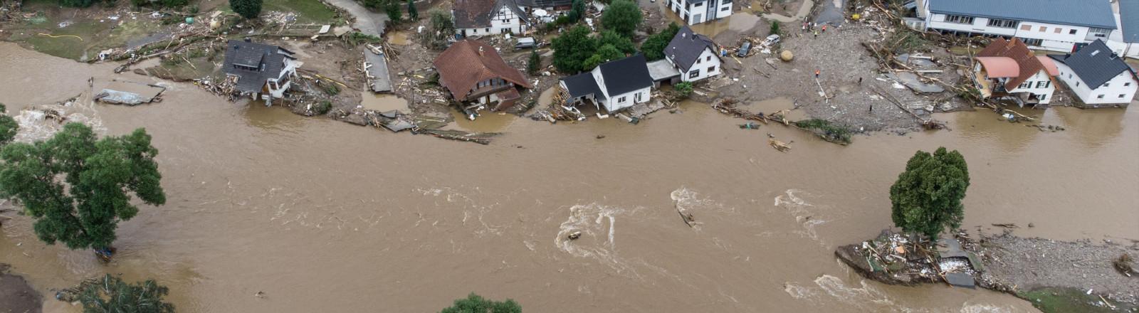 Weitgehend überflutet ist das Dorf Insul in Rheinland-Pfalz nach massiven Regenfällen (Luftaufnahme mit Drohne)