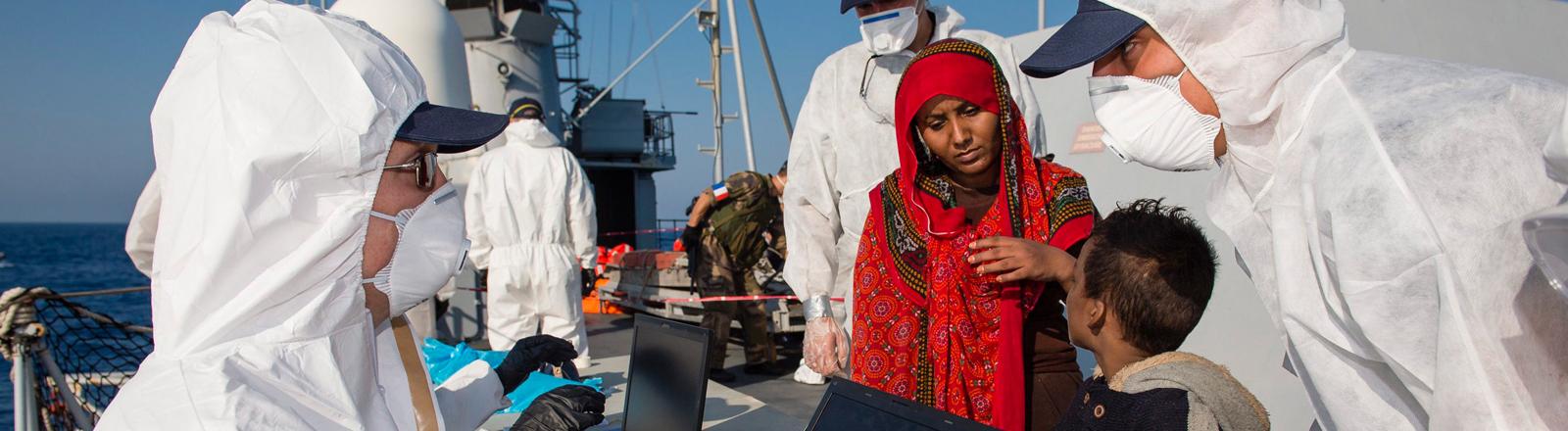 Frontex Mitarbeiter registrieren Flüchtlinge auf Hoher See