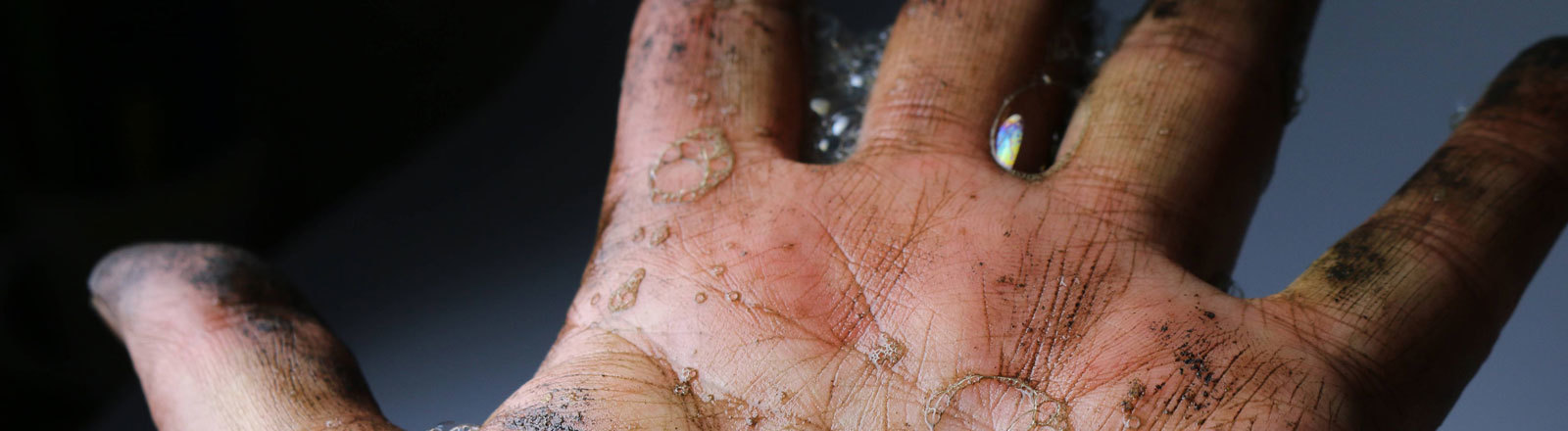 Schmutzige Hand mit Seife