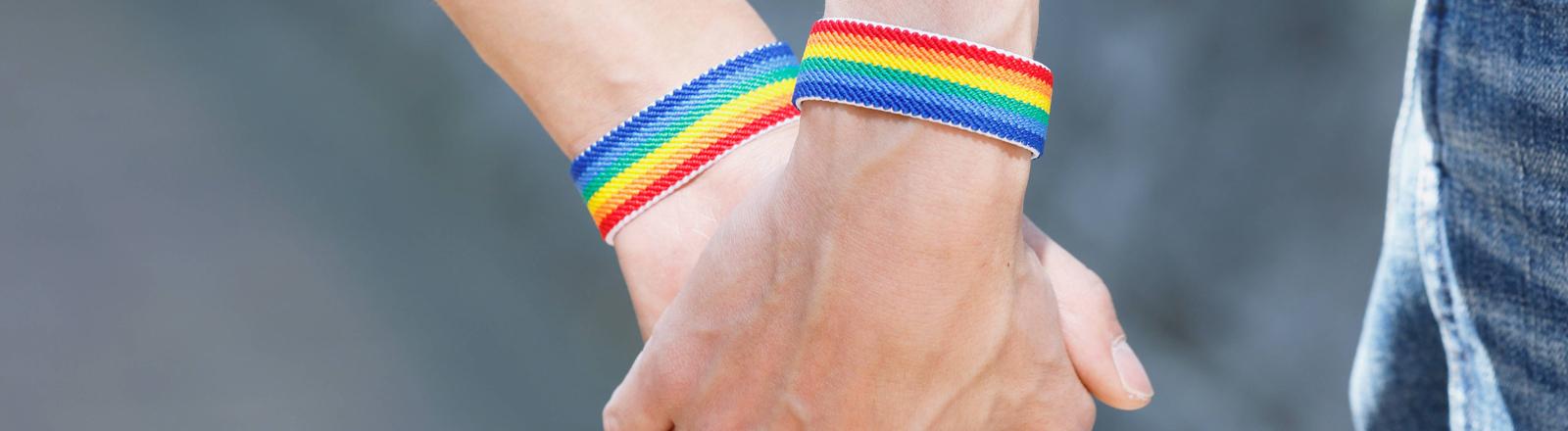 Schwule Männer halten Händchen