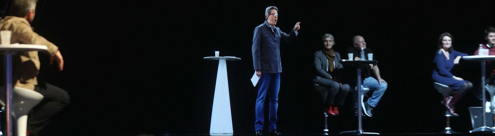 Der französische Präsidentschaftskandidat Jean-Luc Mélenchon wird als Hologramm auf eine Pariser Bühne projiziert, während er seine Rede eigentlich in Lyon hält.