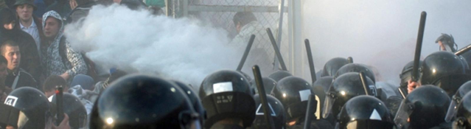 Russische Polizei trifft auf Hooligans. Hier nach einem Spiel zwischen Spartak Moskau und Krylya Sovetov Samara.