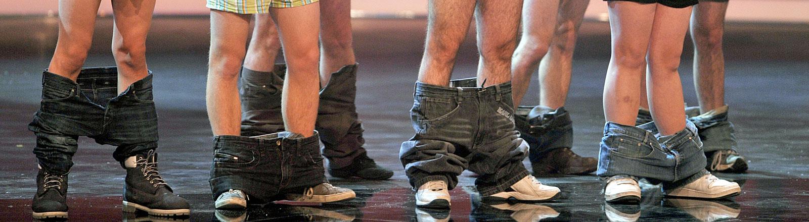 Junge Männer haben ihre Hose runtergelassen