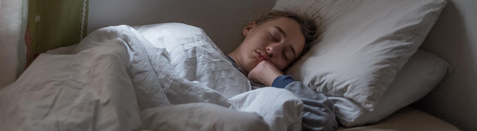 Student liegt im Bett