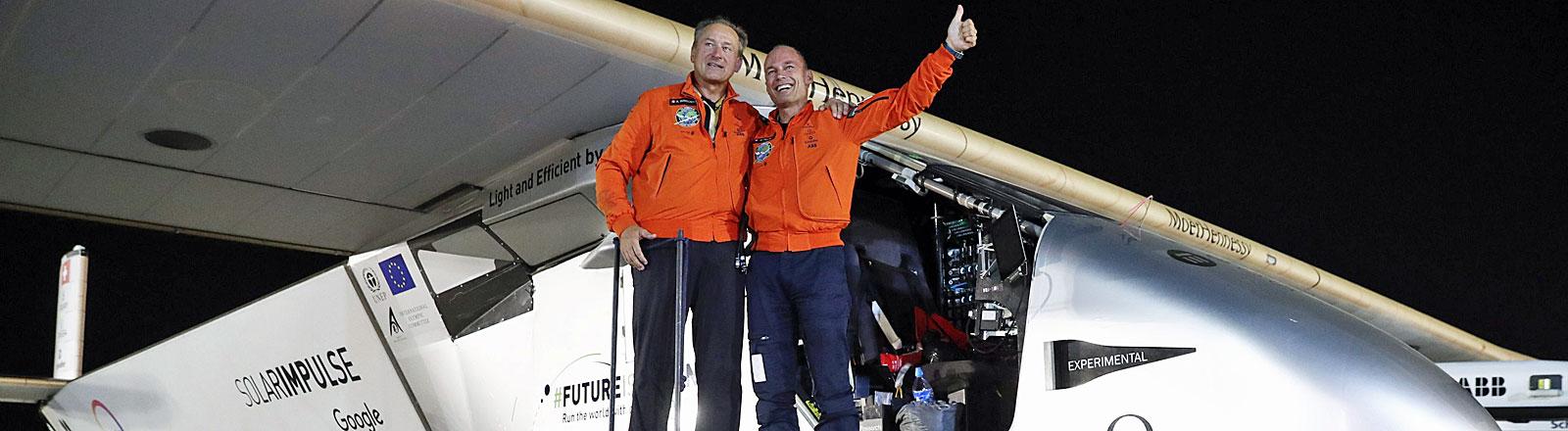 Bertrand Piccard und Andre Borschberg vor der Solar Impulse 2 nach deren Landung