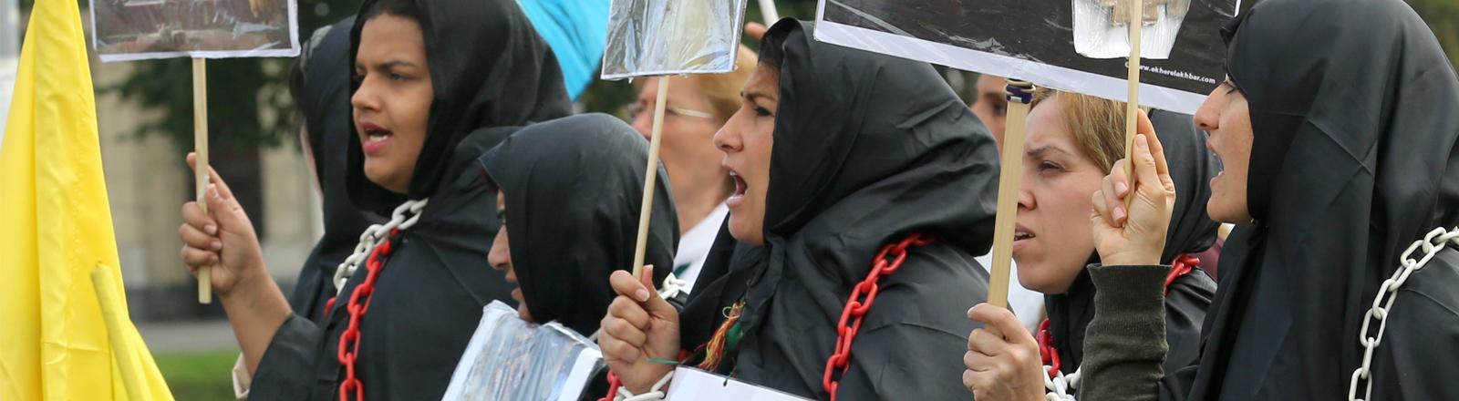 Kurdische und jesidische Frauen protestieren in Düsseldorf gegen die Angriffe des IS.