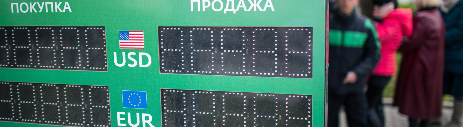 Eine Anzeigetafel mit verschiedenen Währungen in Simferopol.
