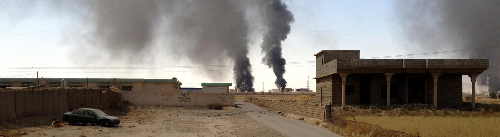 Eine brennende Ölraffinerie nach einem Angriff von IS in Baiji