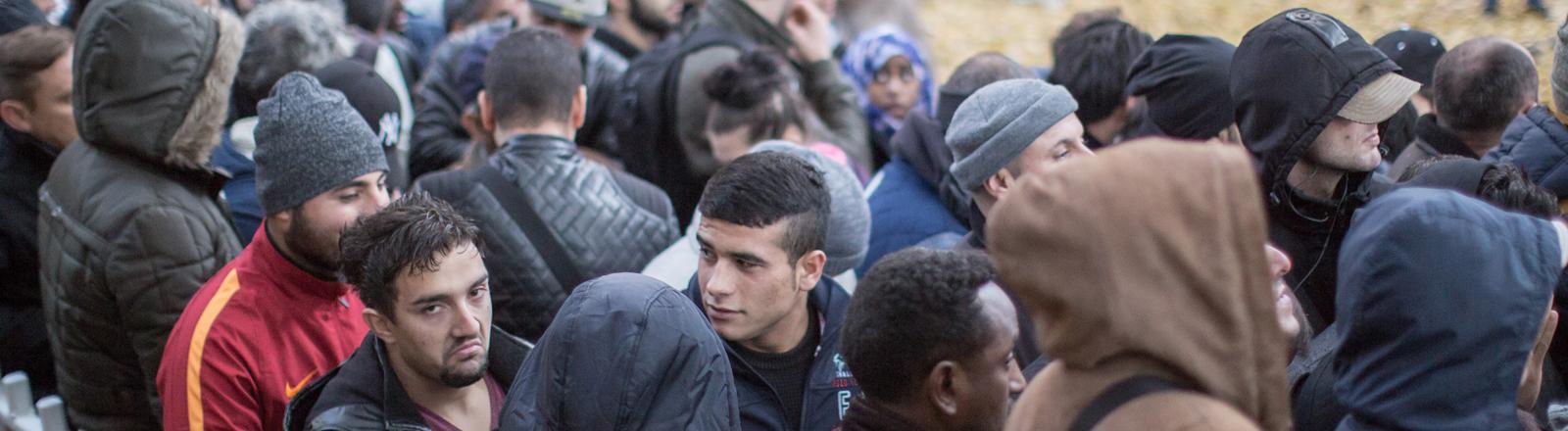 Wartenden Flüchtlinge in einer Schlange vor dem Lageso in Berlin