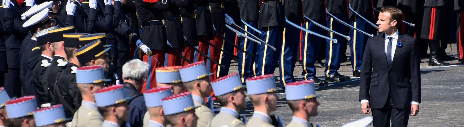 Emmanuel Macron steht vor französischen Soldaten