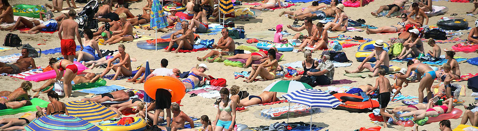 Touristen am Strand von Palma de Mallorca