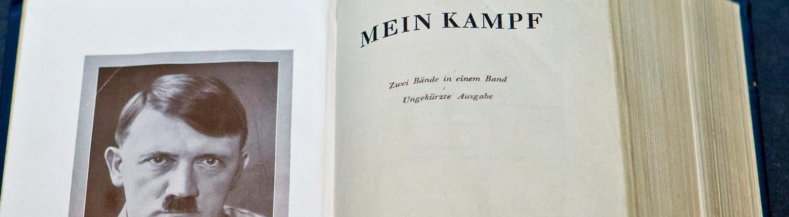 """Eine historische Ausgabe von Hitlers """"Mein Kampf"""" im Dokumentationszentrum Reichsparteitagsgelände in Nürnberg."""