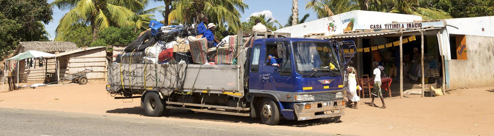 Truck am Straßenrand im Süden Mosambiks