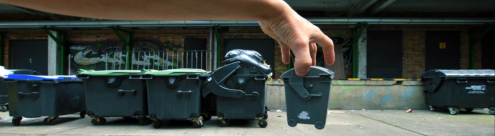 Hand packt Müllcontainer beiseite