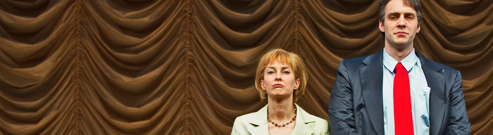 """Probenfoto vom 21.05.2014 zeigt eine Szene aus dem Stück """"Mutti"""" von Juli Zeh und Charlotte Roos mit Nadja Robiné als Angela und Michael Wächter als Sigmar (dpa)."""