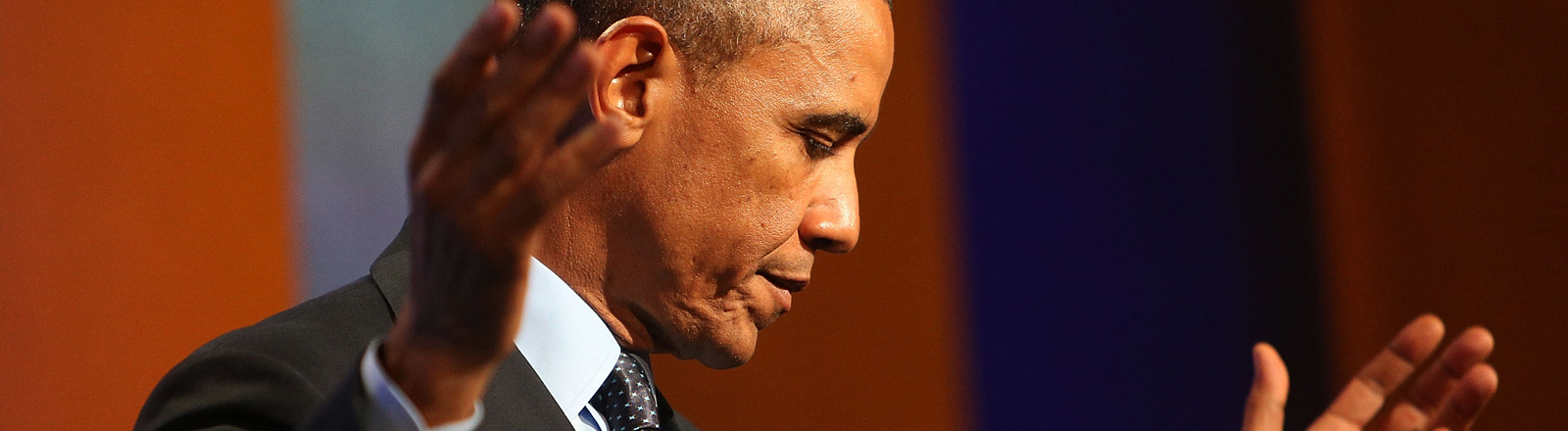 Barack Obama bei einer Rede mit weit ausgebreiteten Händen