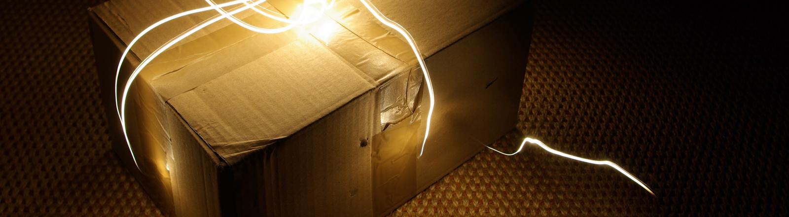 Ein Paket mit einer Leuchtschnur