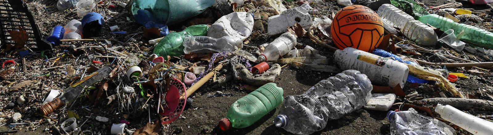 Strand von Neapel am 30.10.2018 voller Plastikmüll