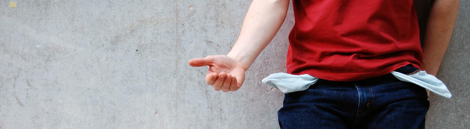 Eine Mann hält die Hand auf