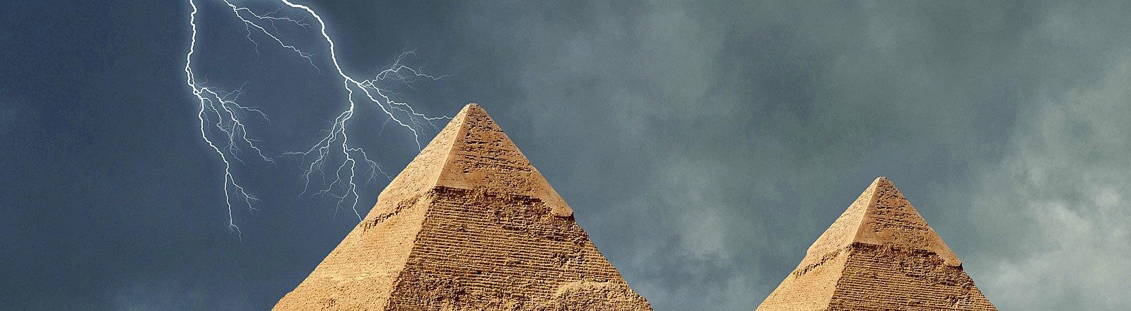 Blitz über den Pyramiden von Gizeh