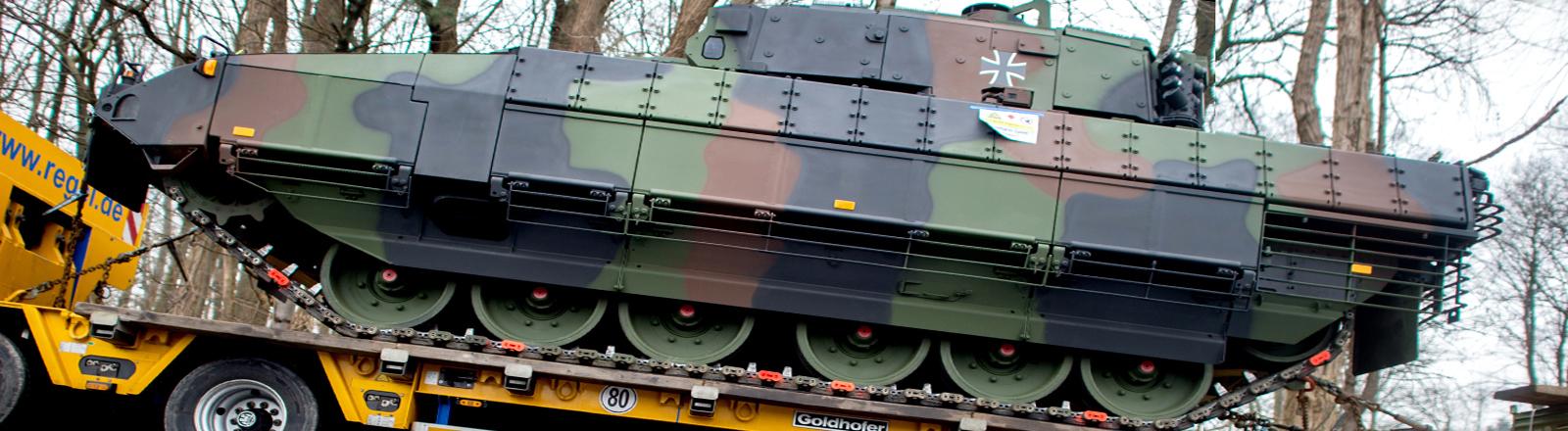 Schützenpanzer vom Typ Puma steht auf einem Tieflader auf dem Gelände des Unternehmens Rheinmetall Defence