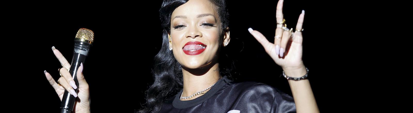 Rihanna live in Paris