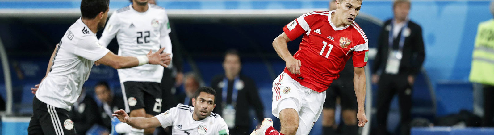 FIFA WM 2018: Der russische Spieler Roman Zobnin läuft drei ägyptischen Spielern davon.