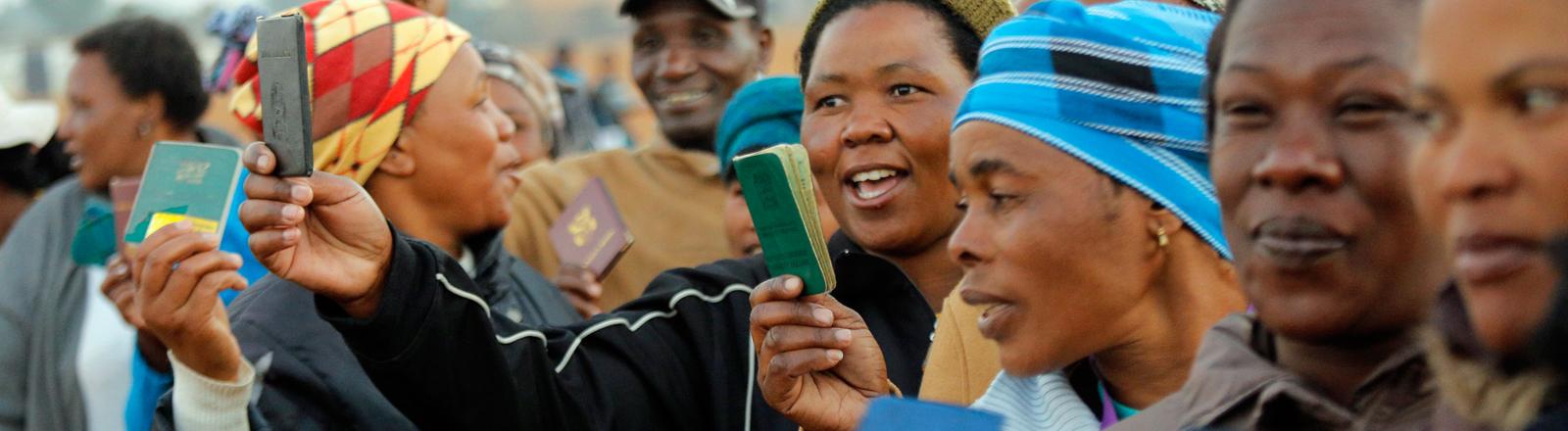 Südafrikanerinnen auf dem Weg zum Wahllokal.
