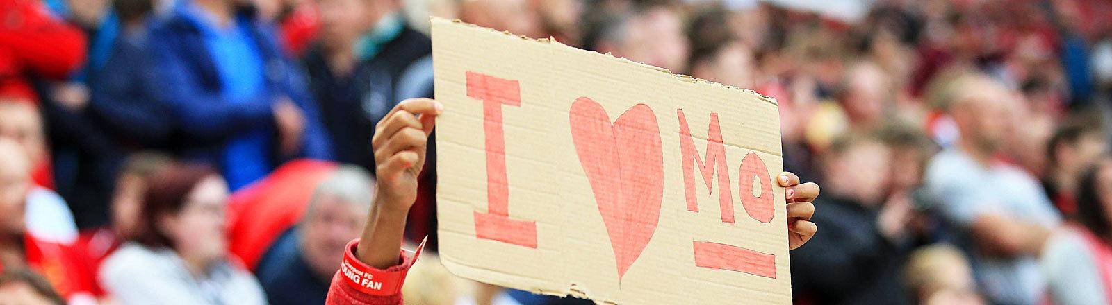 """Mädchen hält im Liverpool-Stadion Schild """"I love Mo"""" hoch"""