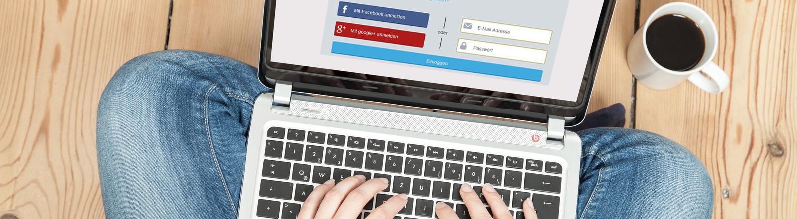 Hände geben auf Laptop-Tastatur Single-Log-in ein