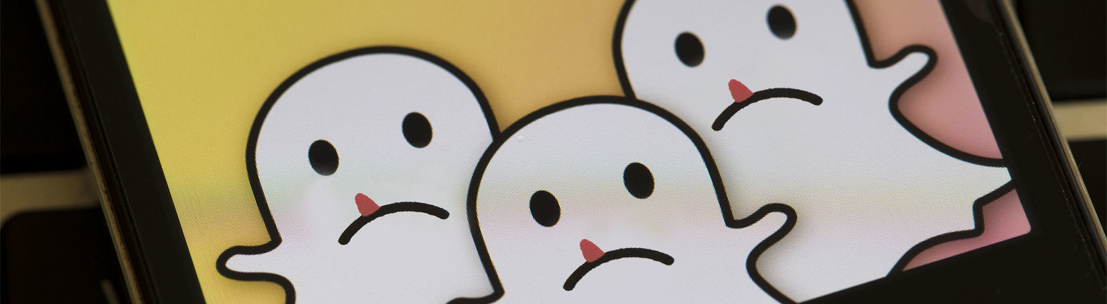 Snapchat-Logo bearbeitet: drei traurig schauende Gespenster