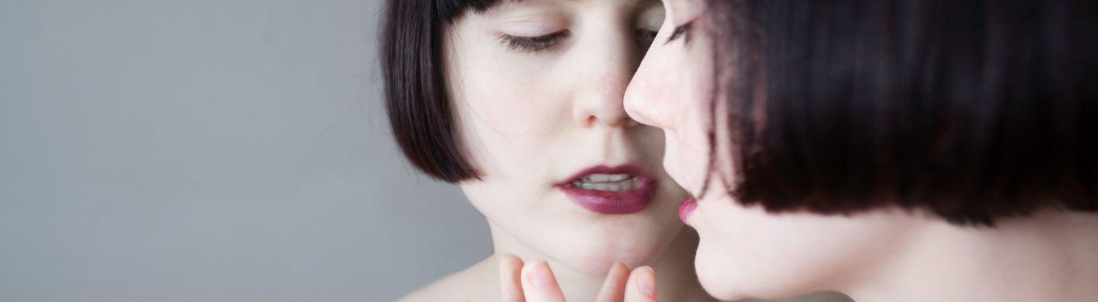 Nackte Frau fasst ihr eigenes Spiegelbild an
