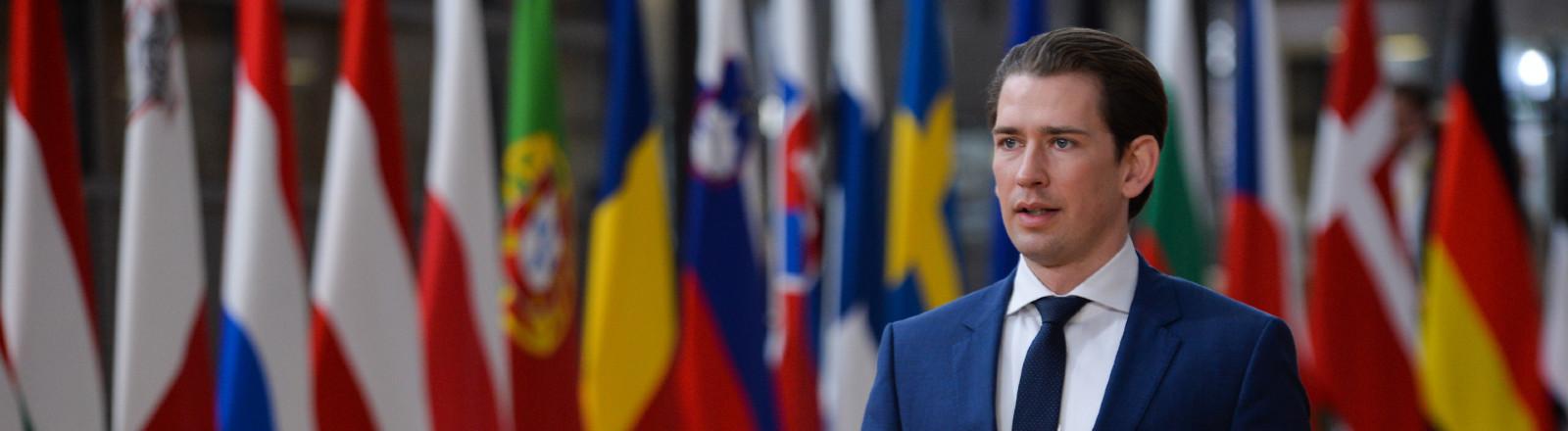 Österreichs Kanzler Sebastian Kurz in Brüssel vor Flaggen der EU-Mitgliedstaaten