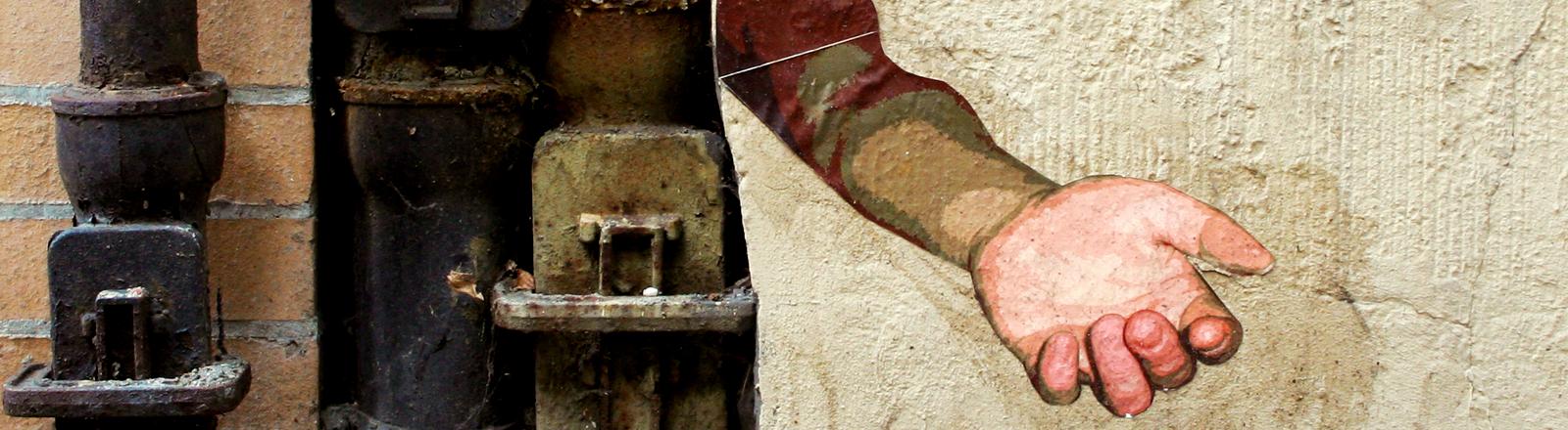Das Graffiti einer ausgestreckten Hand