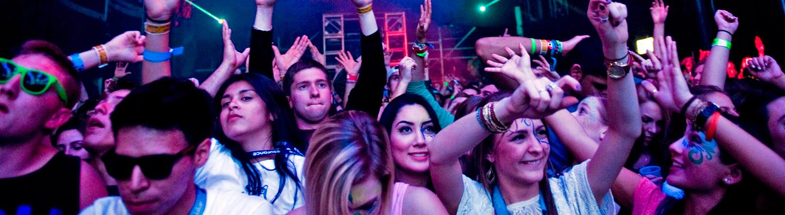 Junge Menschen tanzen auf dem SXSW-Festival in Austin.
